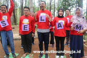 outbound di hutan pinus mangunan